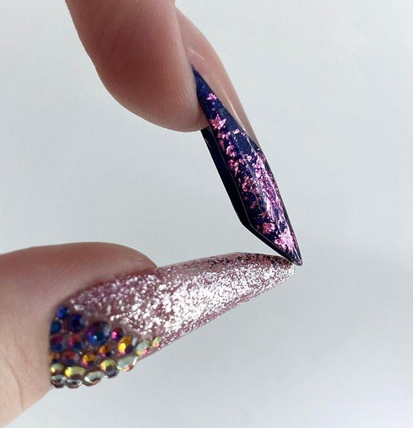 uñas decoradas con cristales de nuestro curso de manicura en Granada