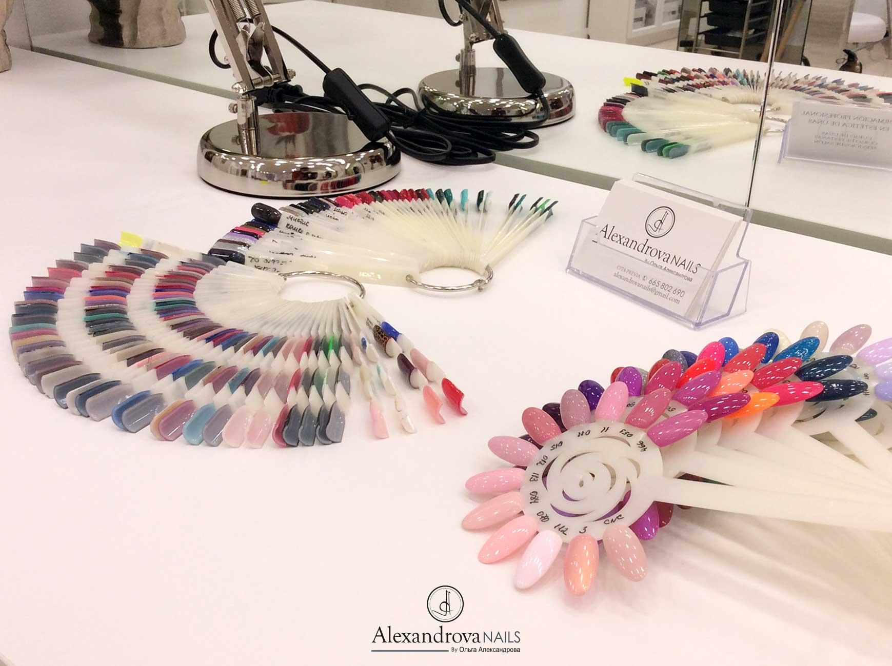 muestra de uñas y colores para las clientas del centro de estética y salón de belleza en Granada