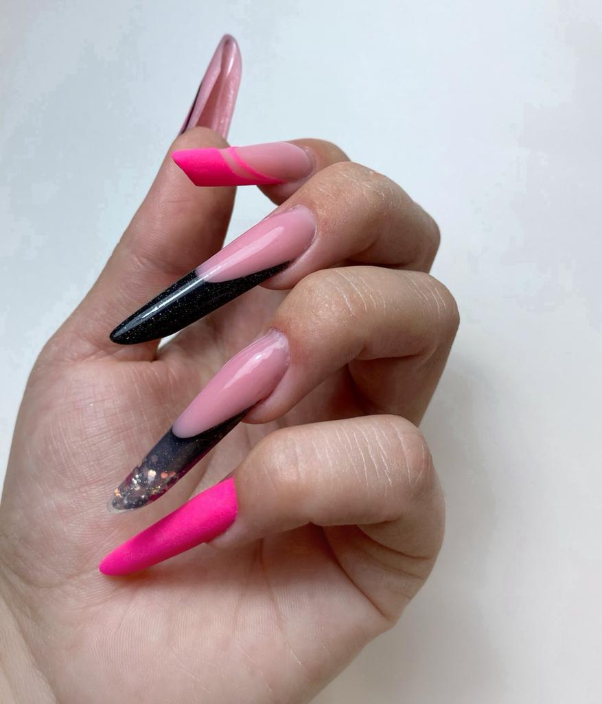 Diseño en rosa y negro de nuestros cursos de uñas en Granada