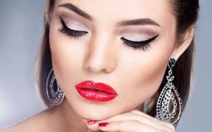 mujer con micropigmenación en cejas y labios
