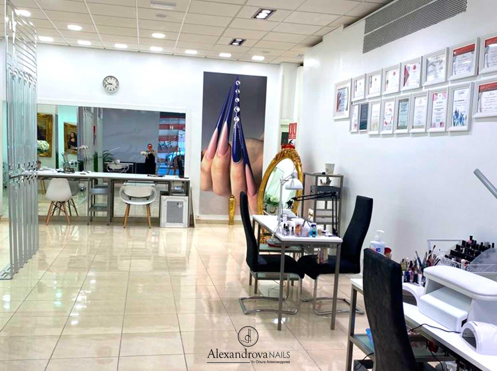 interior del centro de estética y salón de belleza donde hacen manicura y todo tipo de pintura de uñas