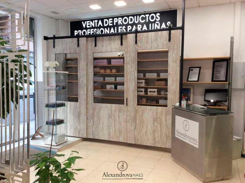 tienda del salón de belleza Alexandrova Nails donde encontrarás todo lo necesario en pintura y decoración de uñas en Granada